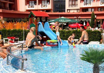 Kinder_pool_3673